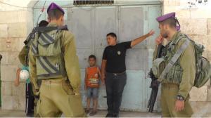 Palestinsk femåring arrestert av soldatar, juli 2013