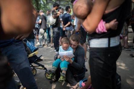 En kvinne som nettopp har ankommet Berlin som flyktning, holder barnet ...aug 2015
