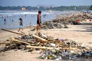 plastic-on-kuta-beach-near-denpasar-bali-indonesia-dec-2016