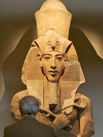 3400 år - Flytta -kjettarkongen- Akhenaten hovudstaden frå Teben, og regjerte han i ein periode saman med sin far Amenhotep III
