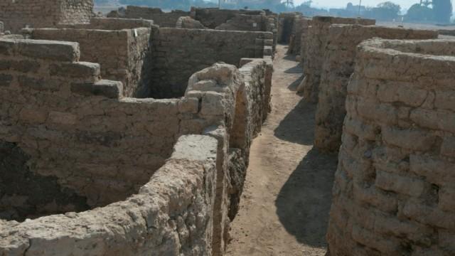 3400 år gamal by funne nær Luxor, Egypt, april 2021